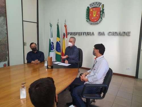 Prefeito recepciona atletas campeões do Colégio São Francisco Xavier