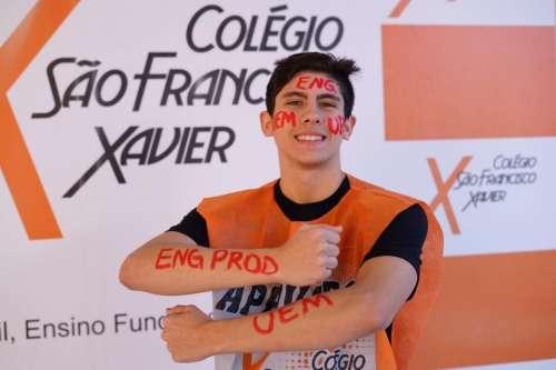 Alunos do Colégio São Francisco Xavier comemoram aprovação