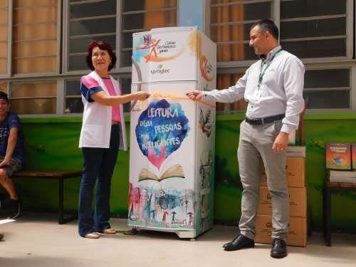 Geladeira Literária é inaugurada no colégio